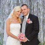 Brautpaar vor Wasserfall nach der Hochzeit in Las Vegas.