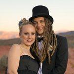 Verliebtes Brautpaar mit Frack und Zylinder im Sonnenuntergang im Valley of Fire.