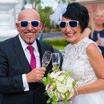 Anstoßen mit Champagner nach der Hochzeit an der Kapelle in Las Vegas.