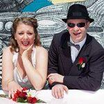 Das Hochzeitspaar erlebt eine einzigartige Vintage-Hochzeit in Las Vegas.